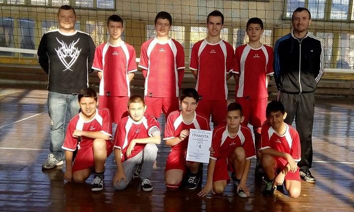 """Момчешкият отбор по волейбол на Второ ОУ """"Д-р Петър Берон""""."""