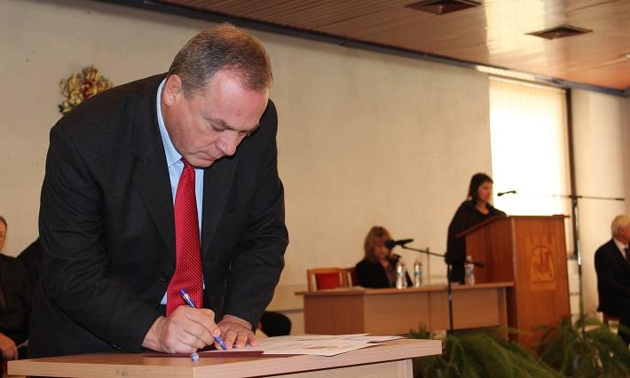 Христо Гичев подписва клетвения лист като общински съветник във Велики Преслав.
